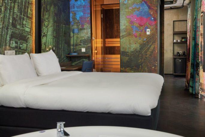 Inntel Hotels Amsterdam Landmark Wellness Suite whirlpool sauna en king size bed 1030x687